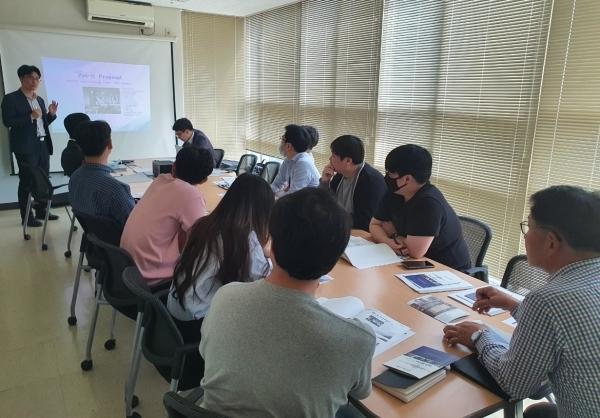 ▲포스코 유흥식 선임연구원이 Pos-H(Built up H형강) 설계를 주제로 교육을 진행하고 있다.